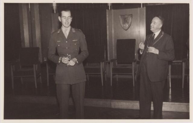 053732 - Ontvangst op het paleisraadhuis van de Koreastrijders; dankwoord door de 1e luitenant R. Gimbrère tot de burgemeester
