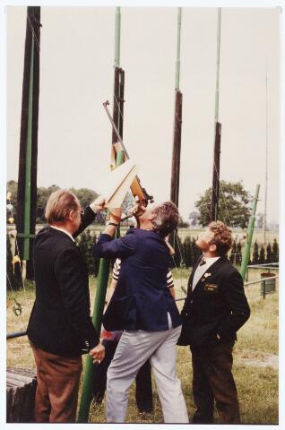 063546 - Met de Berkelse kermis In juni 1983 vond door de St. Hubertus Gilde het koningschieten plaats te beginnen met het vieren van een H. Mis. Vervolgens een optocht door de straten van Berkel, daarna schieten en tenslotte de koning presenteren
