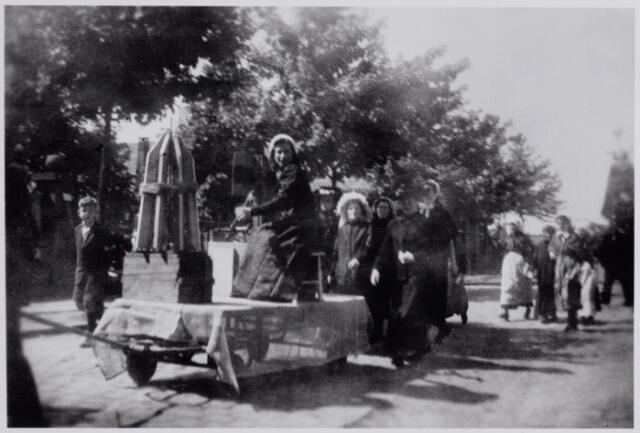 045712 - WOII; WO2; Tweede Wereldoorlog. De voorstelling van een spoelster in de bevrijdingsoptocht.
