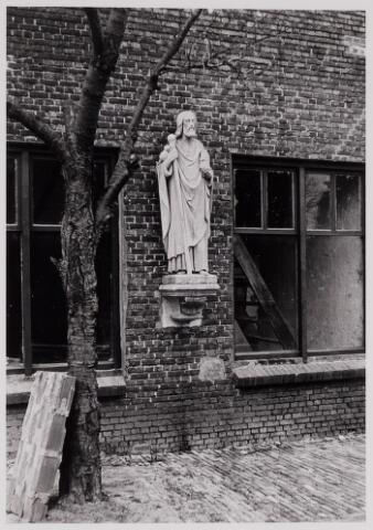084437 - Verbouwing Schorsmolen Vrijthof nr. 28. Tegen de gevel beeld afkomstig uit de St. Petruskerk.