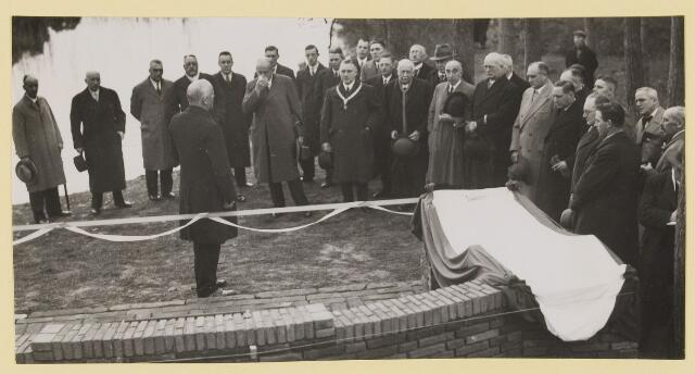 075526 - Onthulling van Tienhovenbank op 14 november 1935.