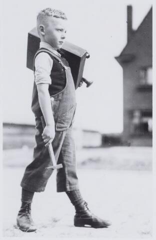 050034 - Jongetje verkleed als timmerman. Foto uit ´Je Taalboek´ van frater Victor van Nispen.