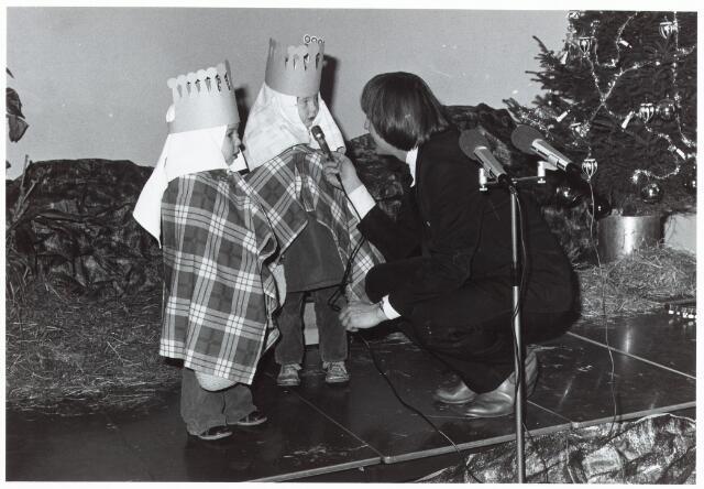 053129 - Driekoningen zingen in het Wijkgebouw Groenewoud op 6 jan. 1981.
