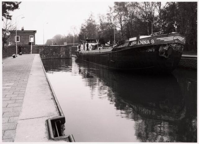 034785 - Een binnenschip passeert sluis III in het Wilhelminakanaal