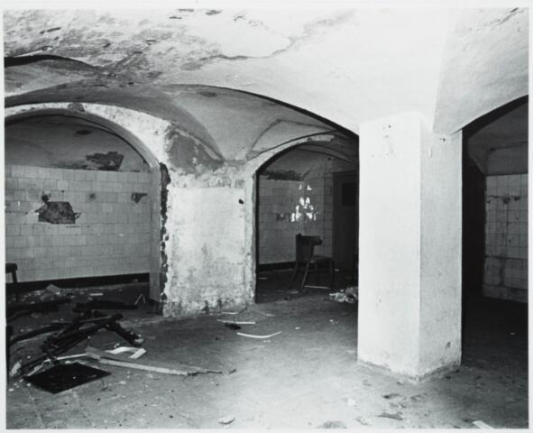 025392 - Interieur van het St. Josephgasthuis aan de Lange Nieuwstraat tijdens de sloop in 1977