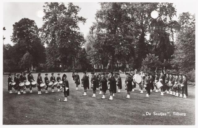 052528 - Muziekleven. Tilburgse Jeugd Doedelzakband De Scotjes tijdens een demonstratie in het Wilhelminapark.