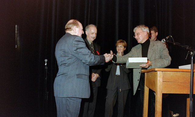 1237_001_037_022 - Vrijwilligerswerk. Een feestelijke bijeenkomst van Stichting Contour in Theater De Vorst (tegenwoordig theater de Nieuwe Vorst) in december 1997. Een presentatie en felicitaties, waarschijnlijk in het kader van de stimuleringsprijzen.