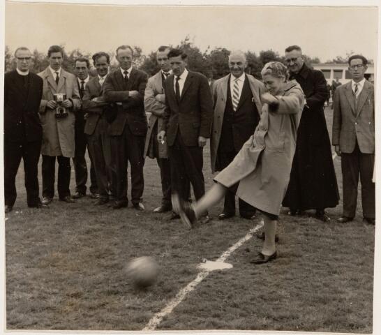 100043 - Sport. Voetbal. Juffrouw Nooren cathechiste van het wijkwerk in de St. Antoniusparochie, wijkhuis Mariahofke, later Heidehof.