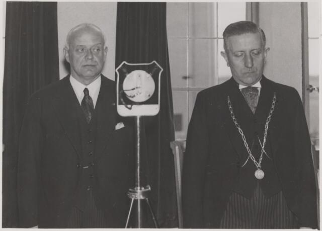 081164 - Officiele opening van het nieuwe gemeentehuis te Gilze en Rijen. Jhr. mr. dr. A. van Rijckevorsel commissaris van de Koningin in de provincie Noord-Brabant en burgemeester dr. J. Sweens.