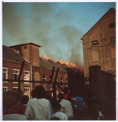 019380 - Textielindustrie. Brand in het complex van de voormalige wollenstoffenfabriek W. Schoenmakers. Tot 1958 was het eigendom van de firma Eras. Na het faillissement van Schoenmakers was er cartonnage Van Opstal gevestigd. Het werd in 1875 gebouwd
