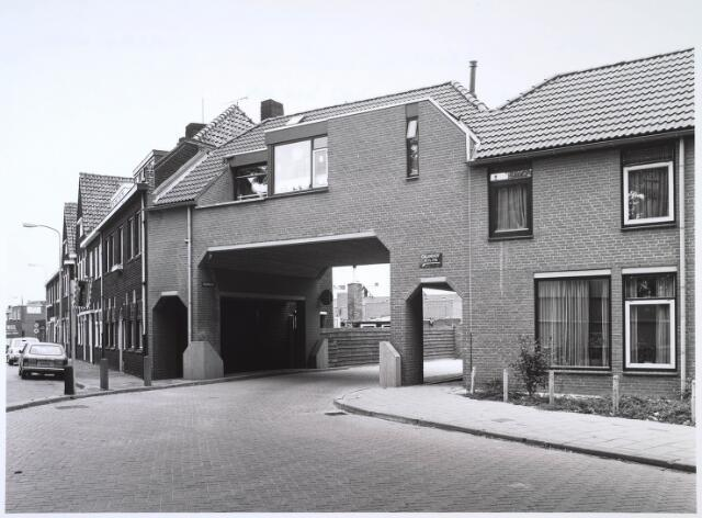 024606 - Toegangspoort tot het Calandhof, gelegen op het voormalige fabriekscomplex van Van Dooren & Dams