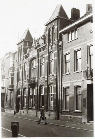 032877 - Bureau Huisvesting aan de Stationsstraat 45. Architect van het gebouw van C.F. van Hoof, die het in 1904 ontwierp als rijksbelastingkantoor.
