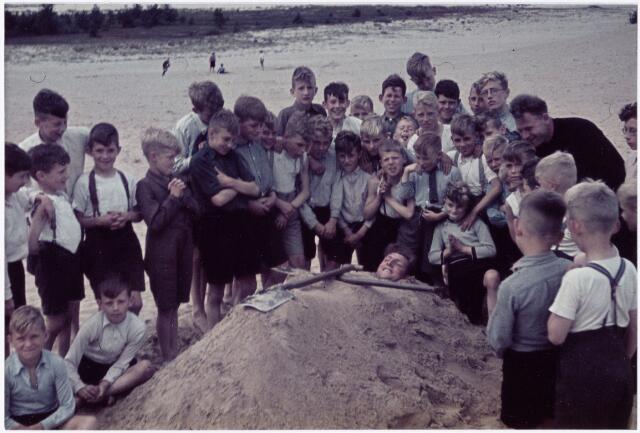 051228 - Basisonderwijs. r.k. lagere school. St. Jozefschool. leerlingen van de St. Jozefschool uit de wijk Broekhoven ll (die behoort onder de parochie de H. familie in Tilburg) in de Drunense Duinen.
