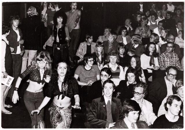 052467 - Muziekleven. De artiesten van Hair komen de zaal binnnen (1970-71)