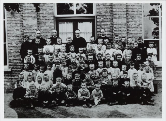 051294 - Basisonderwijs. Klassenfoto r.k. lagere school. De Leoschool in 1907. Men ziet de eerste leerlingen.