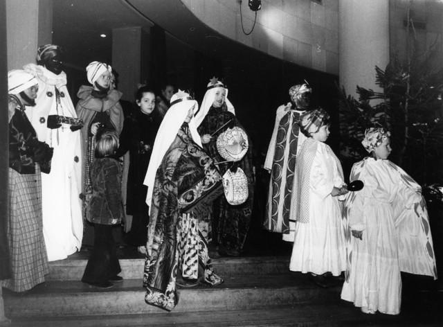 1238_F0112 - Drie koningen zingen. Kinderen uitgedost als koningen met lampionnen.