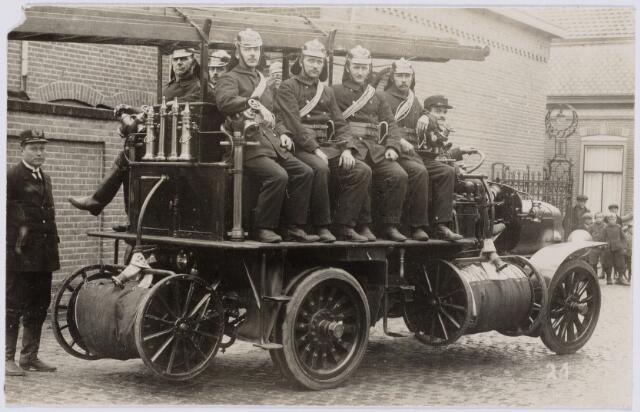 103683 - Brandweer. De in 1921 aangekochte Delahaye autobrandspuit bemand met personeel in vaste dienst. De autobrandspuit werd in 1930 omgebouwd tot ladderwagen.