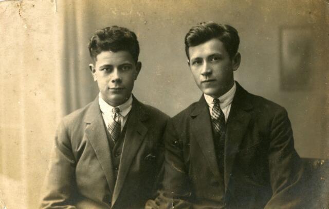071724 - Twee zonen van het echtpaar Cornelis Deliën en Antonia Maria Moonen. Links Joannes Cornelius Antonius Deliën geboren te Tilburg op 21 juni 1905 en aldaar ongehuwd overleden op 14 juni 1954 en rechts Franciscus Joannes Deliën, geboren te Tillburg op 24 januari 1904 en aldaar ongehuwd overleden op 27 mei 1965.