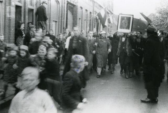 200338 - WO2 ; WOII ; Tweede Wereldoorlog. Het opbrengen van een NSB-er na de bevijding van Tilburg. De foto werd genomen op de Korvelseweg.