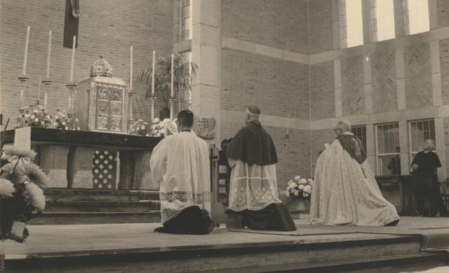 653307 - Parochie Gasthuisring. Bisschop Mgr. W. Mutsaerts (midden) in de nieuwe kerk van O.L.Vrouw van Altijddurende Bijstand met recht pastoor K.D.J. Jansen.