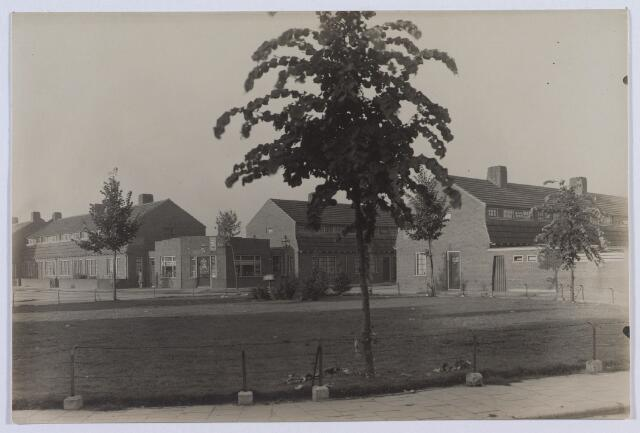 014129 - Schotelplein, met op de achtergrond links de Jan Scharpstraat en rechts de Albert Kleijnstraat
