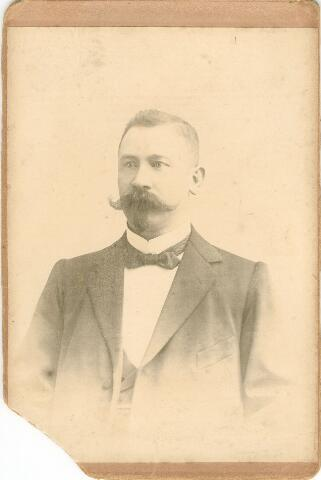 054898 - Carl Höhner, geboren te Dabringhausen (Duitsland) op 28 november 1865, overleden te Tilburg op 28 maart 1934. Hij trouwde met Josephina Broeckx. Höhner begon in 1893 in Tilburg een detailhandel in schoenen en enkele jaren later een toeleveringsbedrijf voor de schoenindustrie: voornamelijk leestklaar schoenwerk, maar de vraag af toen de schoenmakers zelf steeds meer gingen mechaniseren. Höhner schakelde daarom over op de produkten als bretels, slobkousen, riemen, tassen en benodigdheden voor de jacht. Na zijn dood werd de zaak voortgezet door zijn weduwe en oudste zoon Otto, die al vanaf 1930 in de zaak werkzaam was. Begin jaren vijftig schakelde het bedrijf over op de productie van babykleding, trappelzakken, carnavalskleding, producten van vilt en bridgekleden, speeltenten enz.