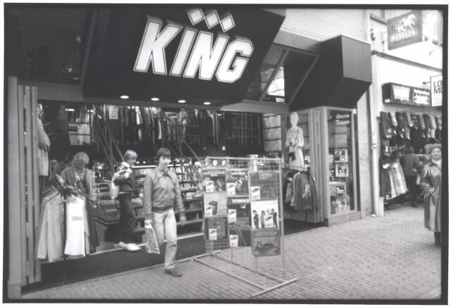 021998 - Kenmerkend front van platenzaak King in de Heuvelstraat