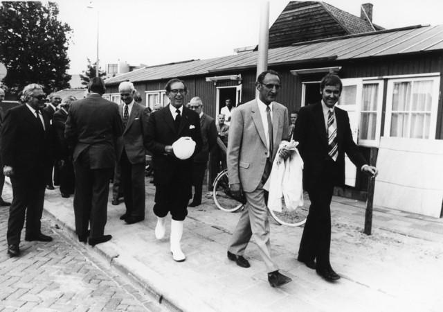 1238_F0155 - Burgemeester Becht bij de eerste paal voor de Kattenrug (20-07-1957 tot 30-01-1975).