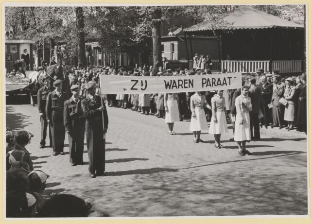 """080813 - 10 jaar bevrijding. 1945-1955. Loopgroep van soldaten en verpleegkundigen met de slogan: """"Zij waren paraat""""."""