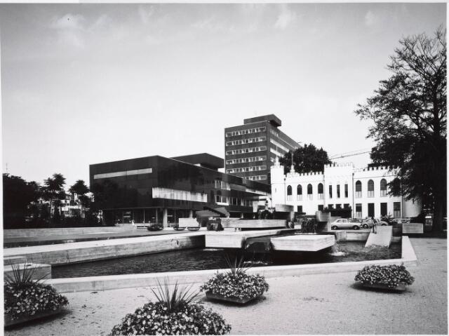 032677 - Het nieuw gebouwde gemeentelijk administratiegebouw aan het Stadhuisplein 130
