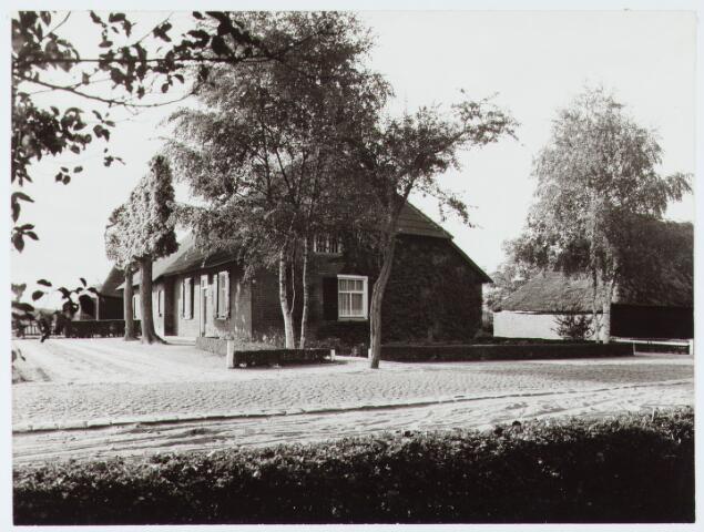 """062931 - Langgevel boerderij """"De Oude Schouwe"""" anno 1930 aan de Raadhuisstraat 10; thans bewoond door L van Helvoirt, die deze boerderij in zijn geheel heeft herbouwd"""