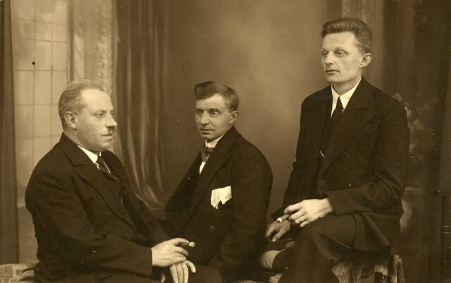 650415 - Schmidlin. Van links naar rechts boekbinder Joannes Josephus Haans, getrouwd met Maria J.A. (Miet) Coppens, Hein Elbers, kostganger bij de familie Haans-Coppens en de zwager van Haans, Laurentius Wilhelmus (Lau) Coppens.
