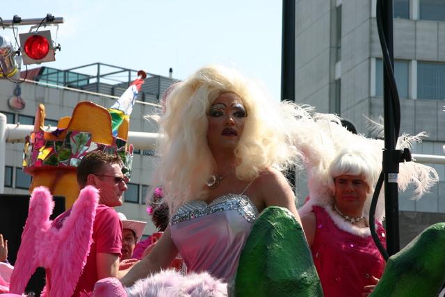 657409 - De T-parade. Een kleurrijke multiculturele optocht door het centrum van Tilburg. De vele culturen van Tilburg worden getoond.