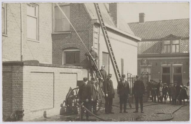 103681 - Brandweer. Kring no. 14 Hoevenseweg (Koningshoeve) Brandmeester A. Pijnenburg (links van Ladder).