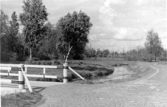 064669 - Achterzijde van het Leijpark met het riviertje de Leij.