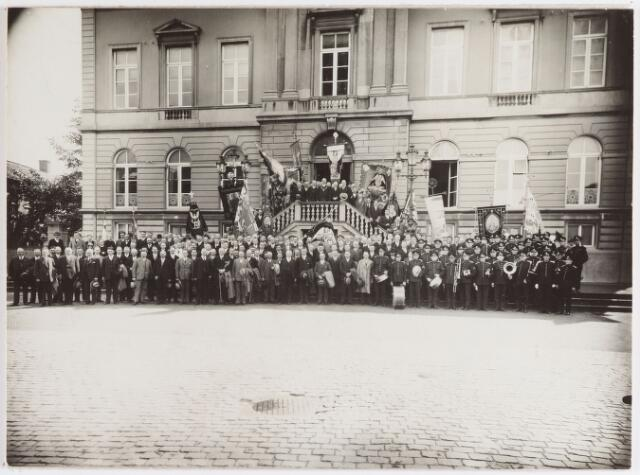 065071 - Politie. Ontvangst bij het Stadhuis van de deelnemers aan het congres van de politiebond, dat in 1932 in Tilburg werd gehouden.