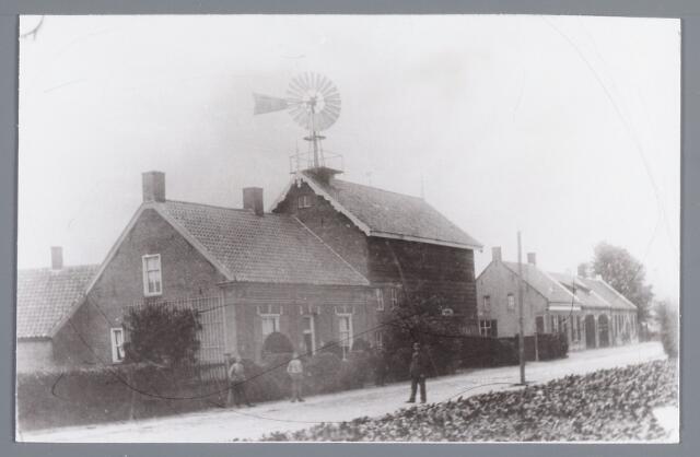 """057929 - Gilze, Nieuwstraat. Woonhuis en leerlooierij van C. de Vet in 1906. In dit huis aan de Nieuwstraat werd mgr. de Vet (bisschop van Breda) geboren . Daarnaast de horlogemakerij van A. Cornelissen en het metselbedrijf met herberg """"De Kronen"""" van Vermeulen. De herberg zou in 1913/1914 verbouwd worden. geheel rechts staat A.L. Botermans, voor het hek A. de Vet en links C. de Vet."""