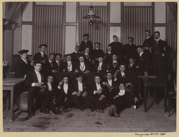 068511 - Inauguratie van studenten te Amsterdam. Onder hen bevindt zich de latere burgemeester van Tilburg, Jan van de Mortel