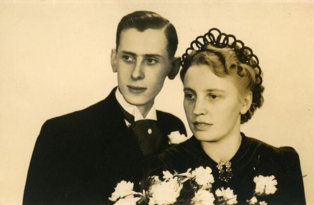 071500 - Trouwfoto van Alphonsus Franciscus Maria (Fons) Korremans, geboren te Tilburg op 7 februari 1914, zoon van Petrus Nicolaus Korremans en Catharina van Beurden. Hij overleed te Tilburg op 25 september 1994. Hij trouwde met Betsie van der Wielen