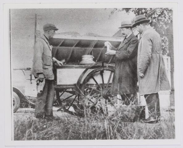 041991 - Keuringsdienst van Waren. Inspecteurs van de Keuringsdienst van Waren nemen  omstreeks 1929 in Berkel een melkmonster om het te controleren. In die tijd was melk vaak verontreinigd of werd door malafide handelaars met water aangelengd.