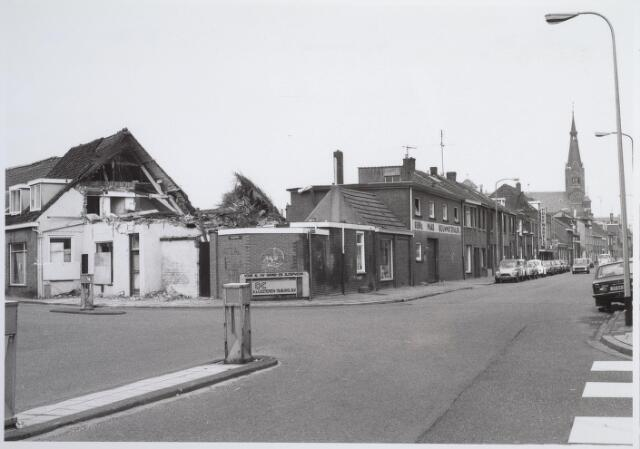 026569 - Sloop van het Kempisch verdiepinghuis op de hoek Molenstraat - Hoefstraat begin maart 1981. De Werkgroep Leefbaarheid Tilburg probeerde dit tot het laatst te voorkomen, maar tevergeefs