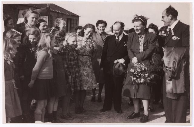 012906 - Tweede Wereldoorlog. In maart 1945 werden 500 Nederlandse kinderen, waaronder 50 uit Tilburg, uitgezonden naar het Engelse kamp Cottingham in Hull om daar aan te sterken. Op 27 april 1945 kregen ze bezoek van prinses Juliana. Het lag in de bedoeling dat de prinses het souper zou gebruiken in de eetkamer, maar zij wilde samen eten met de kinderen. Nadat het Wilhelmus had geklonken trok Juliana langs de kinderen en had voor elk van hen een vriendelijk woord