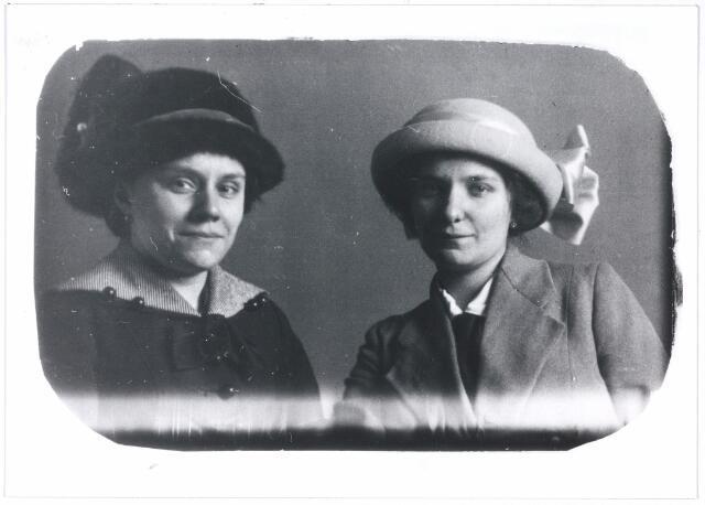 006146 - links Fien, rechts Wies, dochters van Jules Verschuuren-Kluytmans, zij hadden een handwerkzaak in de Noordstraat 56, later in de Nieuwlandstraat 33, zij handelden veel in 'Smirna' wol.