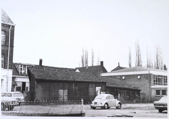 024452 - Binnenplaats van drijfriemenfabriek A. de Backer aan de Korte Schijfstraat