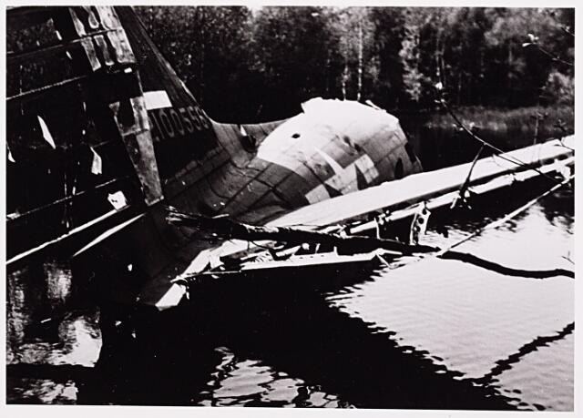 013141 - WO2 ; WOII ; Tweede Wereldoorlog. Invasie. Wrakstukken van een geallieerde bommenwerper, neergekomen in een ven, waarschijnlijk in Oisterwijk