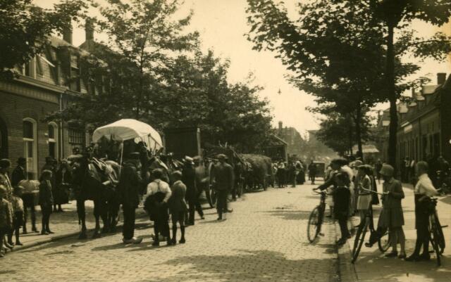 600211 - Folklore. Boerenovertrek op de Broekhovenseweg. Folkloristisch gebruik, waarbij de nieuwe buren hielpen bij de verhuizing van boeren.