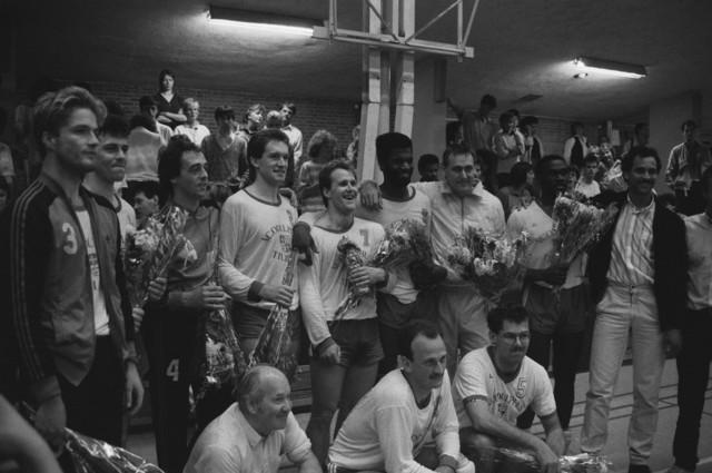 TLB023002512_004 - VC Odulphus viert de promotie naar de eerste divisie. Thuiswedstrijden werden gespeeld in de Studentensporthal.