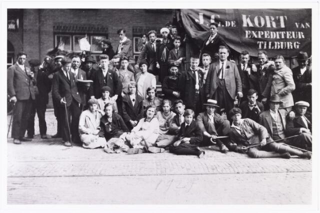 008834 - Bedevaarten. Uit Tilburg afkomstige bedevaartgangers op weg naar Handel en Kevelaer, poseren bij de kar van J.C. de Kort uit de Boomstraat te Tilburg.
