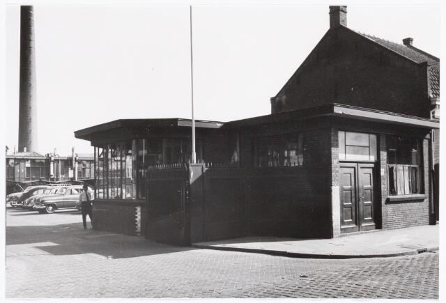 039307 - Volt. Zuid. Hulpafdelingen, Portiers, Bewaking. De portiersloge aan de Voltstraat omstreeks 1960.