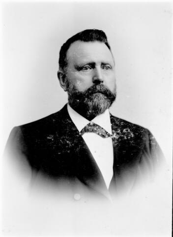 """048581 - Cornelis van den Muijsenbergh, geboren te Oosterhout op 9 augustus 1838 overleed te Tilburg op 18 augustus 1906. Hij was getrouwd met Anna Wilhelmina Herculeijns en dreef een winkel in ijzerwaren en gereedschappen aan de Zomerstraat (huidige Heuvelstraat). Daarnaast was hij industrieel als firmant van de """"Eerste Nederlandsche Nachtlichtenfabriek"""". In 1891 vroeg hij een concessie voor het oprichten en exploiteren van een paardentramlijn van het station in Tilburg naar Goirle vice versa."""